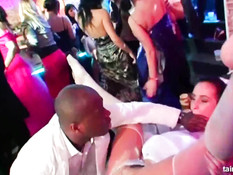 Перевозбудившиеся девчонки занимаются сексом в ночном клубе