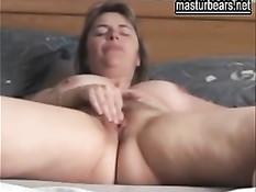 Пышногрудая женщина в очках мастурбирует свою волосатую киску