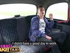 Блондиночка водитель такси Jarushka Ross трахается с пассажиром