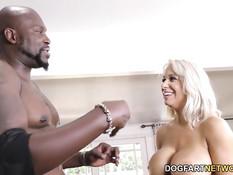Лысый чёрный мужчина отодрал грудастую блондинку Alyssa Lynn