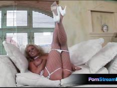 Блондинка в сетчатом белье Ginger Jones ласкает большие сиськи