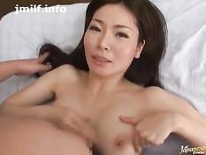 Умелая японская женщина села рядом с парнем и подрочила пенис