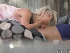 Гламурная блондинка в розовом нижнем белье делает нежный минет
