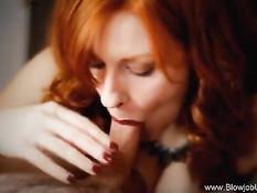 Горячая рыжая подружка двумя руками выдрочила сперму на грудь
