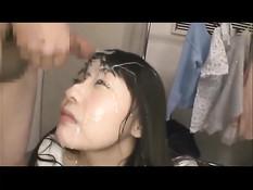 Азиатские парни дрочат свои члены и кончают прямо девке на лицо