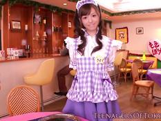 Симпатичная японская официантка хочет отсасывать и дрочить хуи