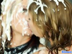 Сексуальных девушек заливает спермой из просунутого в дыру хуя