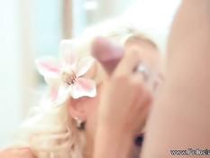 Великолепная блондинка широко раскрыла рот и проглотила сперму