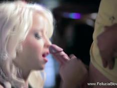 Шикарная блондиночка с длинными волосами делает сладкий минет