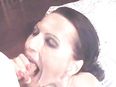 Мужик залил горячей спермой лицо сексуальной зрелой брюнетке