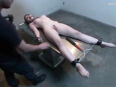 Мужчина привязал голую девушку и отодрал вибратором и членом