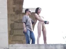 Мужик привязал молодых секс рабынь на стройке и высек плетью