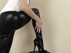 Девка Lelu Love в штанах из латекса дрочит своему бойфренду член