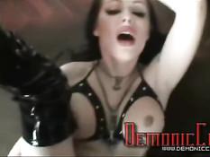 Девушка любит заниматься развратным сексом в костюме монахини