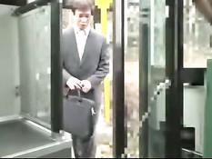 Мужчина в деловом костюме отъебал в автобусе красивую азиатку