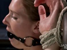 Мужик отхлестал плетью привязанную к кровати девку Ashley Lane