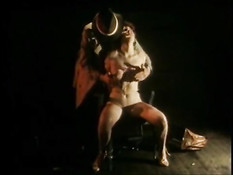 Мужчина в шляпе привязывает к стулу и ласкает обнажённую девку