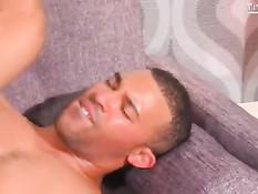 Мужчина в шляпе зашёл в гости к смуглому гею и отодрал его в очко