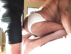 Пожилой гей отсасывает член у своего друга и ебётся в позе раком