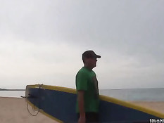 Голубой мужчина дрочит свой член после катания по морю на доске