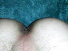 Возбуждённый гей вставляет фаллос в свою разработанную задницу