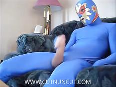 Парень гей надел костюм супергероя и принялся дрочить свой хуй