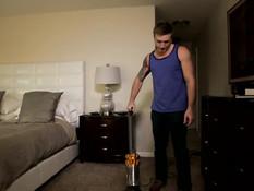 Друзья занимались гей сексом на кровати после уборки в комнате