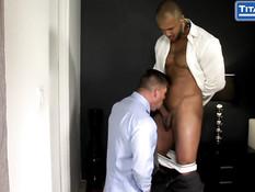 Здоровый чёрный гей с тату отодрал в задницу белого любовника