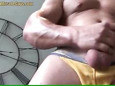 Мускулистый гей раздевается и надрачивает возбуждённый пенис