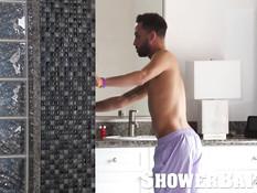 Голубой парень принимает душ и трахает своего друга на кровати