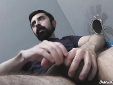 Чёрный гей в кабинке оттрахал рачком небритого белого приятеля