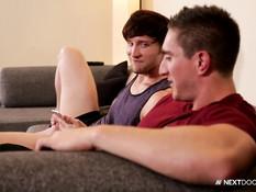 Трём голубым ребятам захотелось заниматься любовью на диване