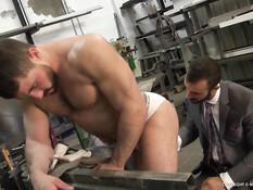 Мужчина в деловом костюме оттрахал мускулистого работника гея