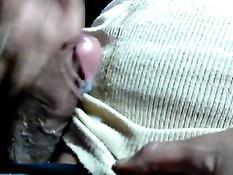 Гомосексуальный мужик достал возбуждённый хуй и подрочил рукой