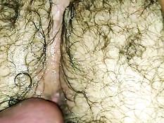 Поставил раком голубого приятеля и всадил хуй в волосатую жопу