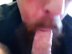 Бородатый голубой папочка отсосал и подрочил член у любовника