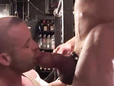 Мускулистый гей в чёрной фуражке даёт парню пососать свой член