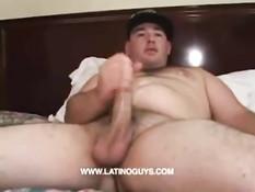 Толстый латиноамериканский гей надрачивает свой хуй на кровати
