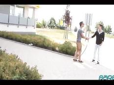 Молодой гей отсасывает у друга член, а потом подставляет задницу