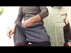 Гомосексуальный парень снимает шорты и играет с длинным членом