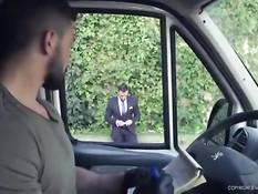 Джентльмен сел в микроавтобус и оттрахал в задницу водителя гея