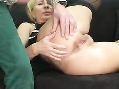 Немецкая зрелая блондинка трахается раком и мастурбирует киску