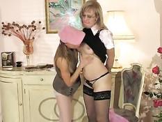 Девушка лесбиянка заставляет зрелую горничную отлизать клитор