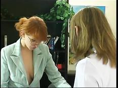 Рыжая преподавательница лесбиянка отымела студентку страпоном