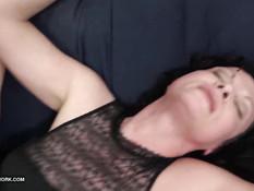 Темноволосая мамочка испытывает оргазм во время секса с негром