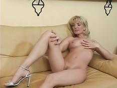Пожилая блондинка Deana Wayne ласкает клитор и волосатую киску