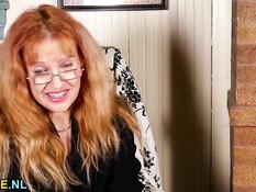 Американская домохозяйка мастурбирует мокрую киску вибратором
