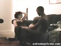 Горячий чёрный любовник ебёт на диване зрелую белую брюнетку