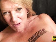 Небритый мужчина отодрал на диване грудастую зрелую блондинку