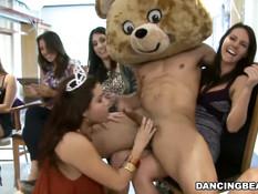 На вечеринке девки развлекаются с приглашёнными стриптизёрами
